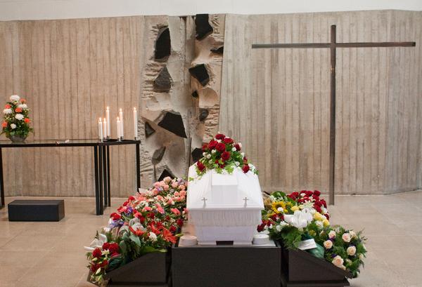 Begravelse  Kirste i kirke  COLOURBOX1200492